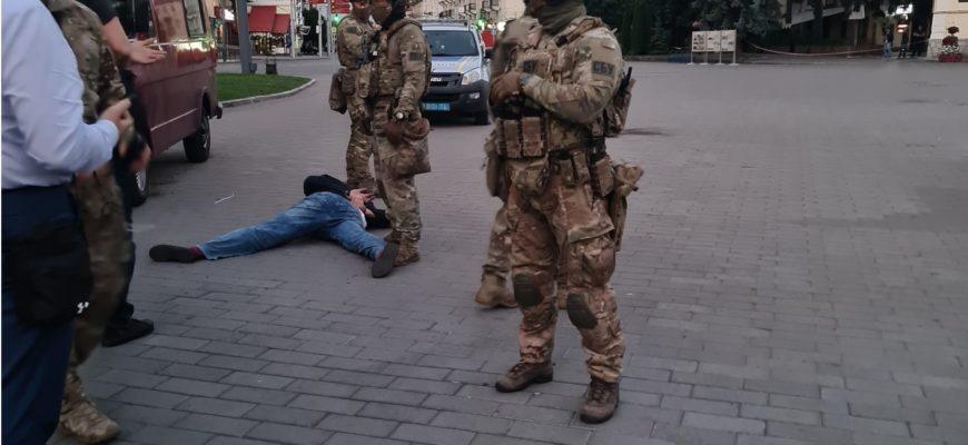 После выполнения требований Зеленским, луцкий террорист сдался и отпустил заложников