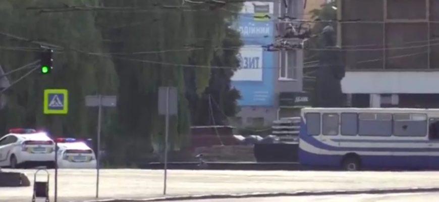 Спустя 9 часов заложникам в Луцке передали воду