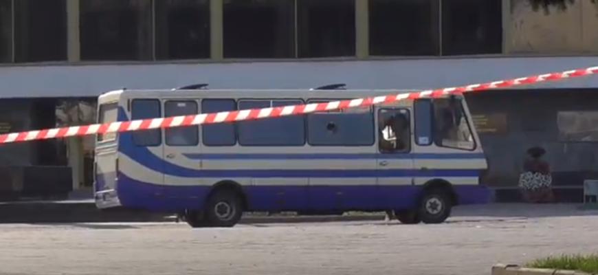Ситуация с заложниками в Луцке: террорист отпустил троих человек, но ситуация тяжёлая